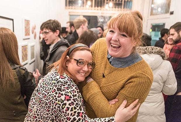 Amanda e Yuli posam juntas na exposição 'Gorda em Público', em Toronto (Foto: Reprodução / Fat Girl Food Squad)