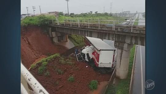 Deslizamento de terra fecha trecho da SP-342 em Mogi Guaçu sentido Pinhal