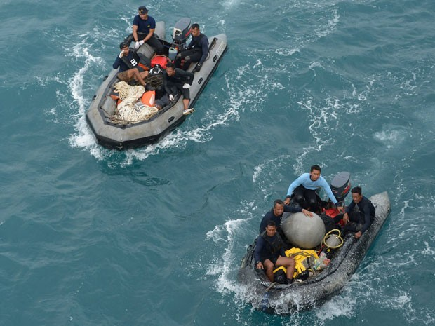 Mergulhadores em botes infláveis ajudam em operações de busca no Mar de Java  (Foto: REUTERS/Adek Berry/Pool )