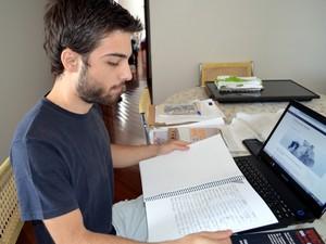 Estudante mostra relatório com abaixo assinado que entregou em universidade em Piracicaba (Foto: Fernanda Zanetti/G1)
