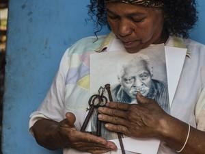 Madalena guarda com carinho lembranças do avô que viveu em São Carlos (Foto: Fabio Rodrigues/G1)