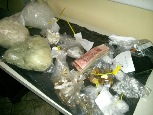 Com os suspeitos foram apreendidas drogas e outros materiais (Foto: Cláudio Nascimento / TV TEM)