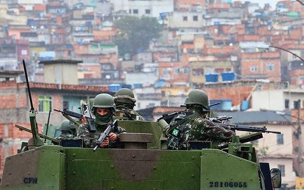 Rio de Janeiro 21/08/2017 - As Forças de Segurança deflagraram mais uma megaoperação no Rio, na manhã desta segunda-feira. Equipes da Polícia Militar, da Polícia Civil, da Polícia Federal, da Força Nacional e das Forças Armadas estão localizadas em comuni (Foto: Agência O Globo)