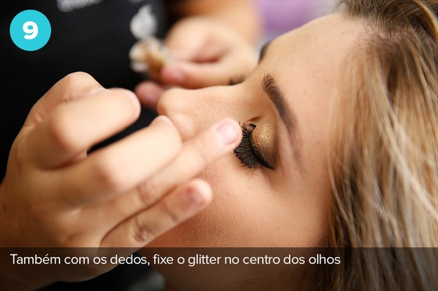 Nono passo: use os dedos para fixar o glitter no centro dos olhos  (Foto: Marcos Serra Lima/Ego)