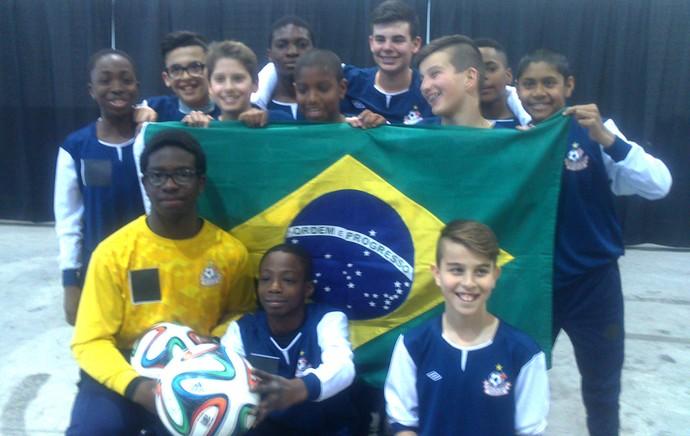 Jogadores mirins canadenses segurando a bandeira do Brasil (Foto: Felipe Schmidt)