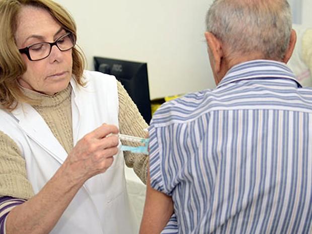 Idoso é vacinado contra gripe em Campinas (Foto: Zeca Filho/PMC)