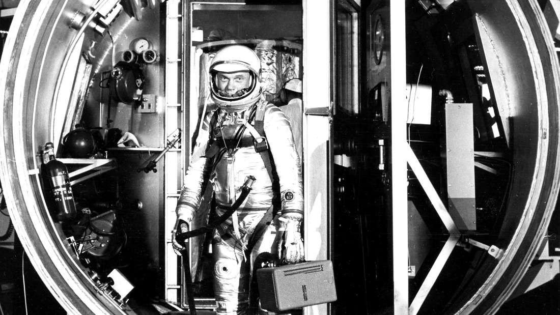 O astronauta John Glenn, em uma câmara de teste, em 1961 (Foto: NASA)