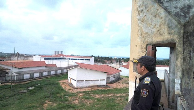 Do alto de uma das guaritas de Alcaçuz, coronel Dancleiton constatou que são muitas as dificuldades enfrentadas pelos policiais militares que fazem a guarda da penitenciária (Foto: Divulgação/PM)