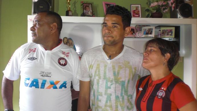 Ao lado da família, Éderson se emociona ao relembrar trajetória no futebol (Foto: Thaís Jorge)