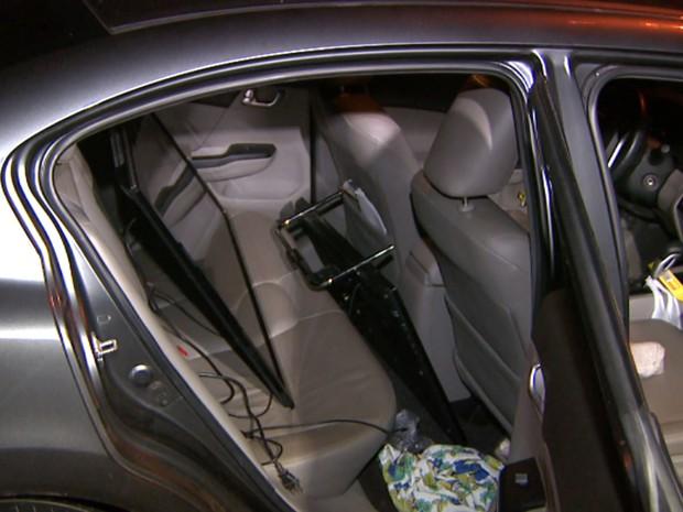 Televisões e objetos das vítimas foram colocados no carro dos moradores pelos criminosos em Hortolândia (Foto: Reprodução / EPTV)
