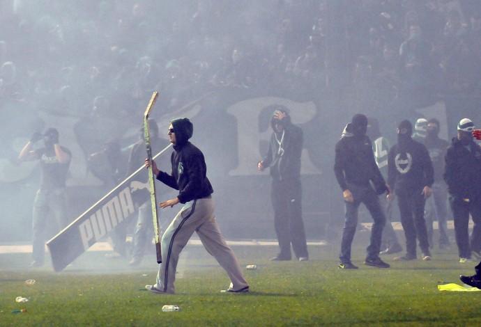 Torcedores Panathinaikos invadem campo (Foto: EFE/EPA/PANAGIOTIS MOSCHANDREOY)