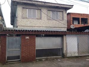 Corpo foi encontrado dentro de geladeira em residência de Guarujá, SP (Foto: João Paulo de Castro / G1)