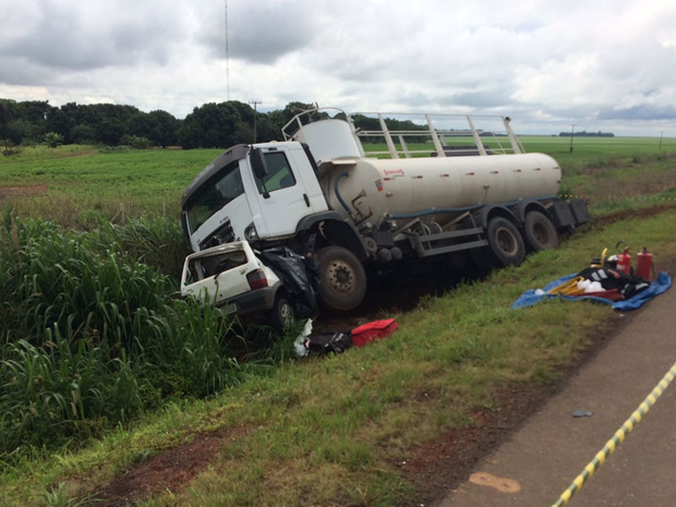 Após acidente carro parou embaixo de caminhão-pipa em rodovia de MT (Foto: Claudemir de Oliveira/Arquivo Pessoal)