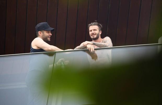 David Beckham na varanda de hotel no RJ (Foto: Gabriel Reis e André Freitas / AgNews)