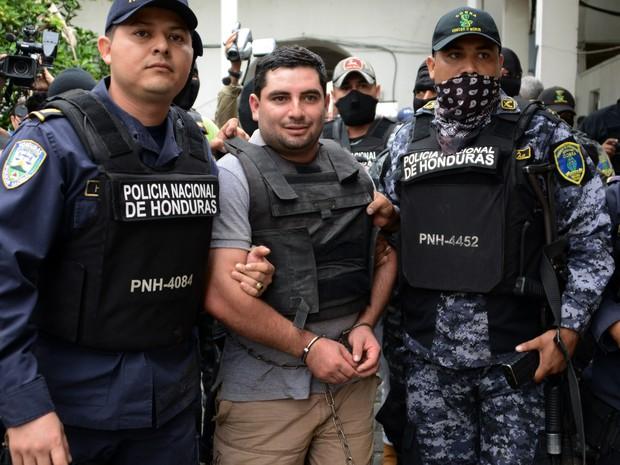 Plutarco Antonio Ruiz é escoltado pela polícia ao ser levado ao juiz em Santa Barbara (Foto: ORLANDO SIERRA/AFP)