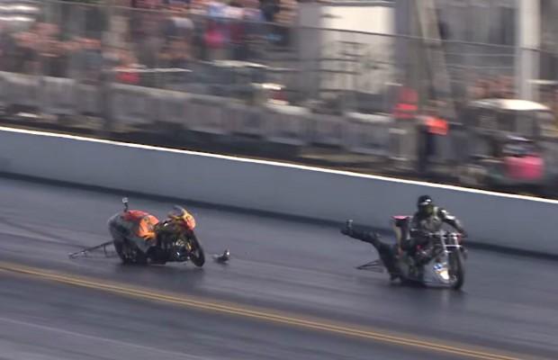 Piloto cai a 300 km/h e fica preso na moto do adversário (Foto: Reprodução Youtube)