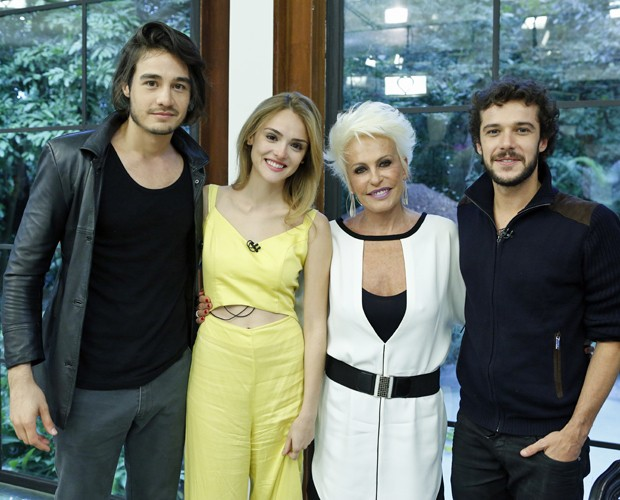 Tiago Iorc, Isabelle Drummond e Jayminho posam ao lado de Ana Maria (Foto: Ellen Soares/Gshow)