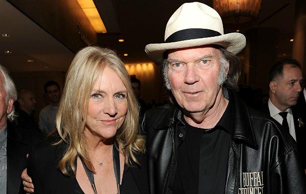 Em julho, o músico e compositor Neil Young pediu divórcio da esposa, Pegi (foto), pondo fim a 32 anos de casamento. Menos de dois meses depois, ele foi fotografo aos beijos e abraços com a atriz Daryl Hannah. (Foto: Getty Images)