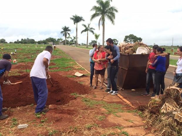 Corpo de idoso encontrado em poste é enterrado em Goiânia, Goiás (Foto: Murillo Velasco/ G1)