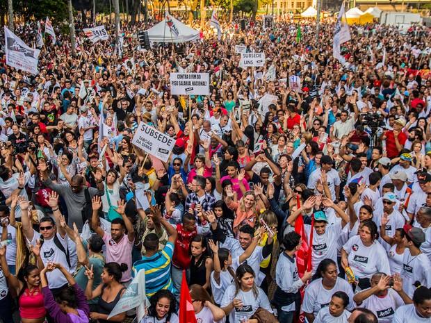 rofessores da rede estadual de educação participam de assembleia do Sindicato dos Professores do Ensino Oficial do Estado de São Paulo, em frente à Secretária Estadual da Educação, na Praça da República, região central de São Paulo  (Foto: Cris Faga/Fox Press Photo/Estadão Conteúdo)