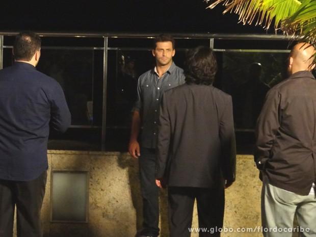 Cassiano questiona Dom Rafael de que lado ele quer ficar (Foto: Flor do Caribe / TV Globo)
