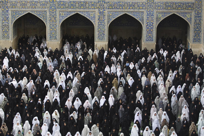 Mulheres reunidas para a oração de Sexta-feira, no mosteiro de Iman, em Isfahan (FOTO: REPRODUÇÃO)