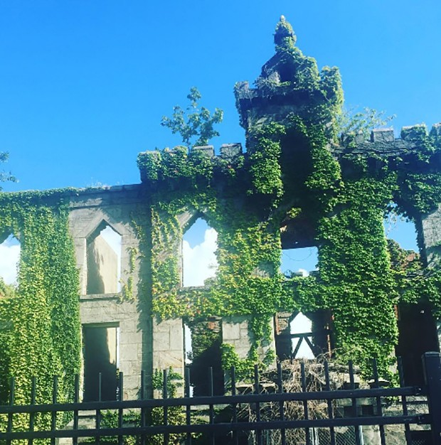Here is the small pox hospital where we are lining up to see Kanye West's show. The collapsing hospital backdrop? It's a look! (Foto: @SuzyMenkesVogue)