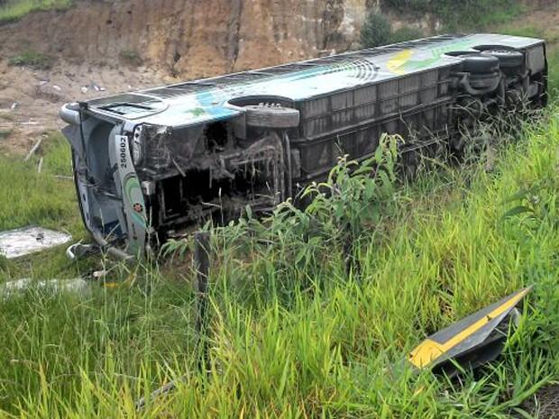 Ônibus que saiu de Divinópolis capotou na BR-494 (Foto: Vinícius Martins/ Arquivo Pessoal)