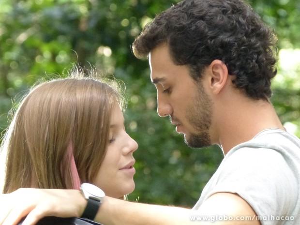 Sal beija Lia na força (Foto: Malhação/TV Globo)