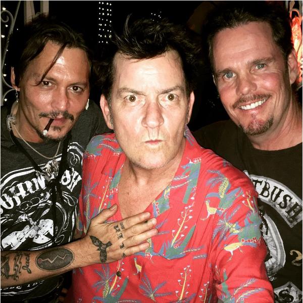 Johnny Depp, Charlie Sheen e Kevin Dillion na festa de 30 anos do lançamento de Platoon (Foto: Instagram)