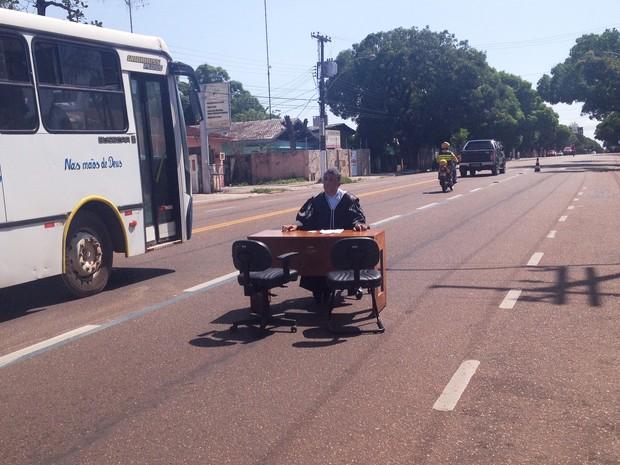 Juiz montou gabinete no meio da Avenida FAB, no Centro de Macapá (Foto: Cassio Albuquerque/G1)