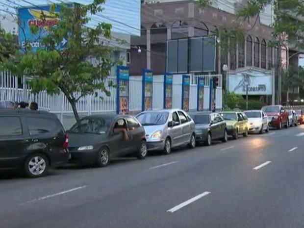 Filial da Rua Maxwell tinha fila de carros desde às 6h. Mercado abriu apenas às 8h. (Foto: Reprodução / TV Globo)