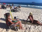 Cariocas e turistas aproveitam praia em dia de sol e calor