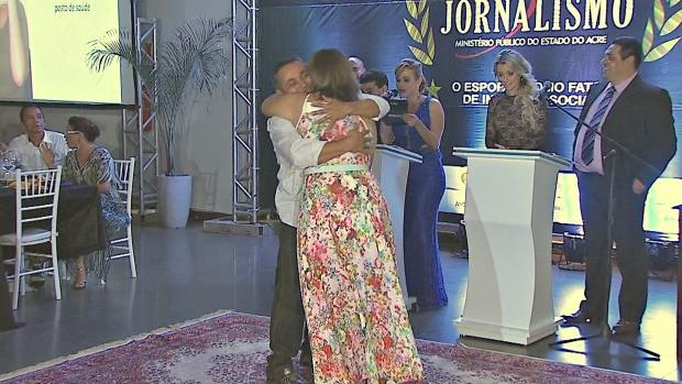 Débora e Célio comemoram o prêmio (Foto: Acre TV)