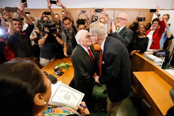 George Harris, de 82, e Jack Evans, de 85, beijam-se no primeiro casamento gay do Texas. Em primeiro plano, de costas, a juíza  Dennise Garcia (Foto: Tony Gutierrez/AP)