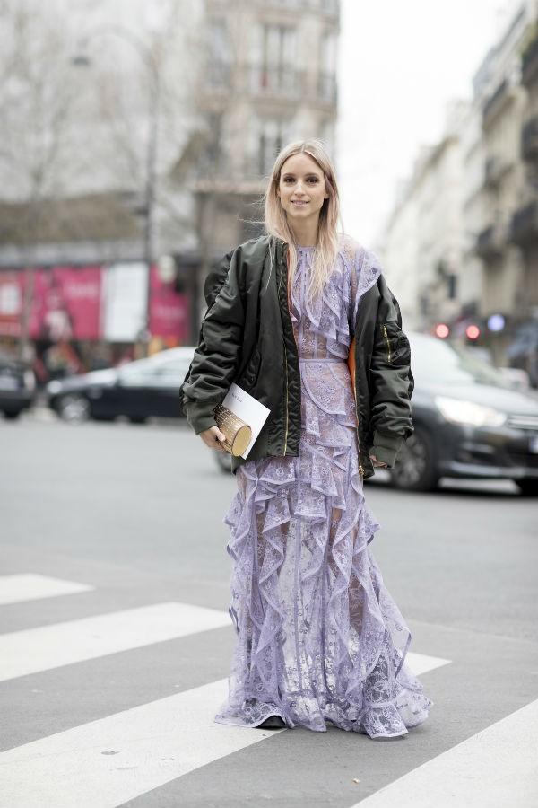 As jaquetas também são eficientes sobre vestidos longos e românticos (Foto: imaxtree)