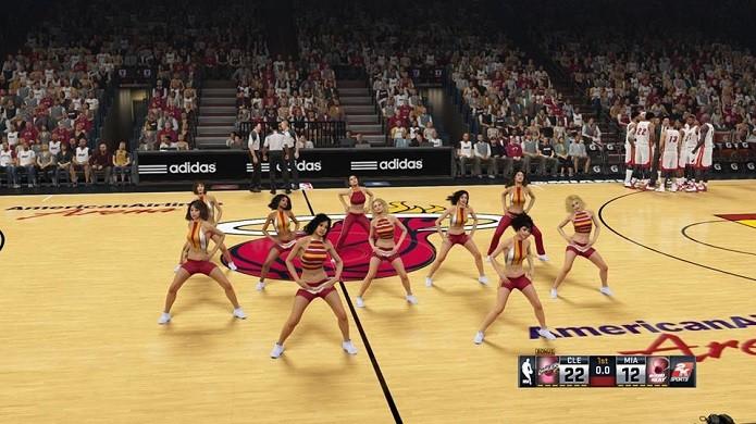 Até dançarinas dos times aparecem no jogo (Foto: Reprodução/Thiago Barros)