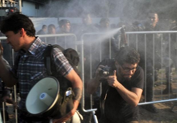 Policiais usam gás de pimenta para afastar manifestantes do antigo museu do índio no Complexo do Maracanã (Foto: Crédito: Tasso Marcelo/AFP)
