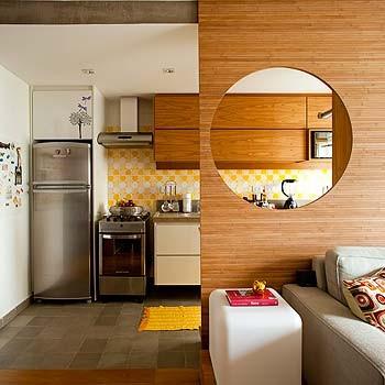 Tudo integrado. Essa é a proposta do apê, que tem cozinha com piso de  ladrilhos hidráulicos, da Dalle Piagge. A partir da sala, o destaque é o  painel de bambu prensado com o elemento circular vazado, uma exigência  de Fernanda Milani, com realização da  (Foto: Edu Castello)