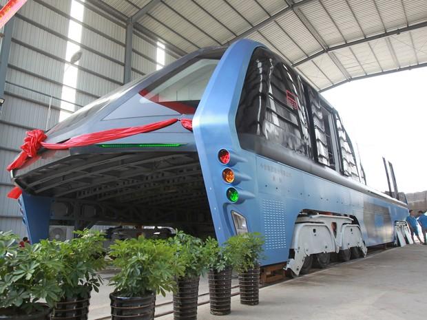 Ônibus elevado é visto nesta quarta-feira (3), em Qinhuangdao, na China (Foto: REUTERS/Stringe)