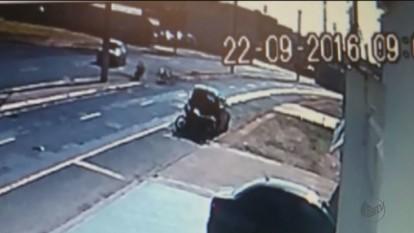 Câmeras de segurança registram acidente de moto em Franca, SP