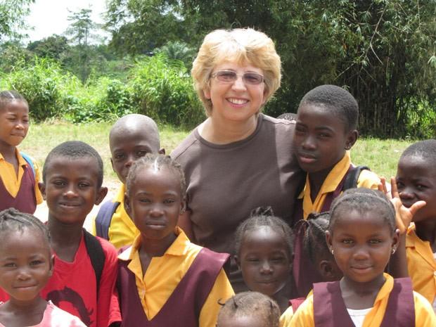 Foto de outubro de 2013 mostra a missionária americana Nancy Writebol; ela e um médico americano foi diagnosticada com ebola na Libéria e retornará para os Estados Unidos para tratamento (Foto: AP Photo/Courtesy Jeremy Writebol)