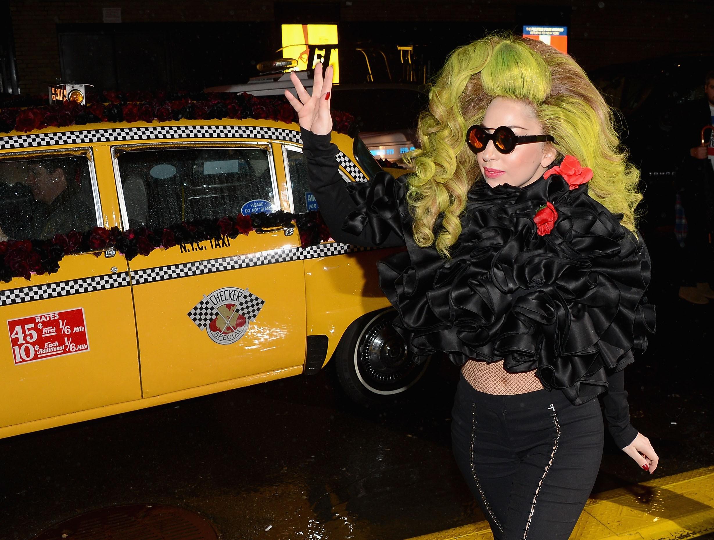 Lady Gaga revelou no Twitter que é uma adepta do uso de cupons de descontos para qualquer uma de suas compras. Ela também disse não perder qualquer oportunidade que tenha para barganhar valores. (Foto: Getty Images)