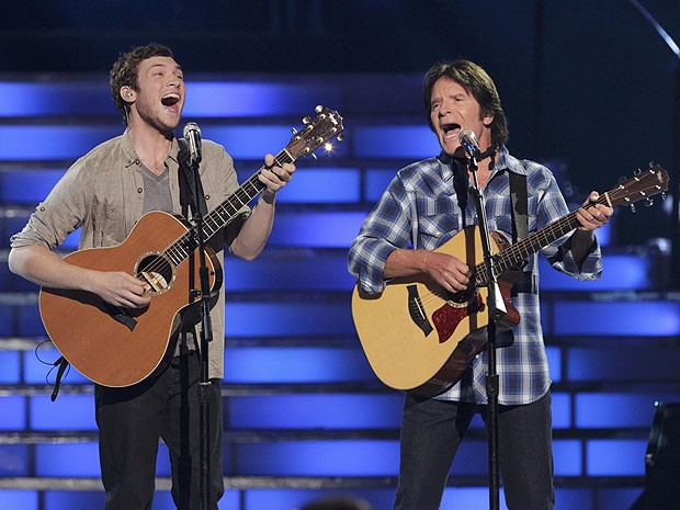 Finalista do 'American Idol' 2012, Phillip Phillips canta com John Fogerty, do Creedence Clearwater Revival, no ltimo episdio da temporada (Foto: Reuters)