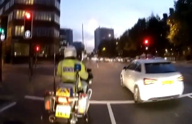 Motorista não percebeu e furou semáforo ao lado de policial (Foto: Reprodução/YouTube/Paul Smith)