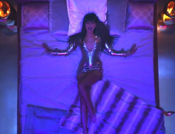 Zendaya no novo clipe de Bruno Mars (Foto: reprodução)