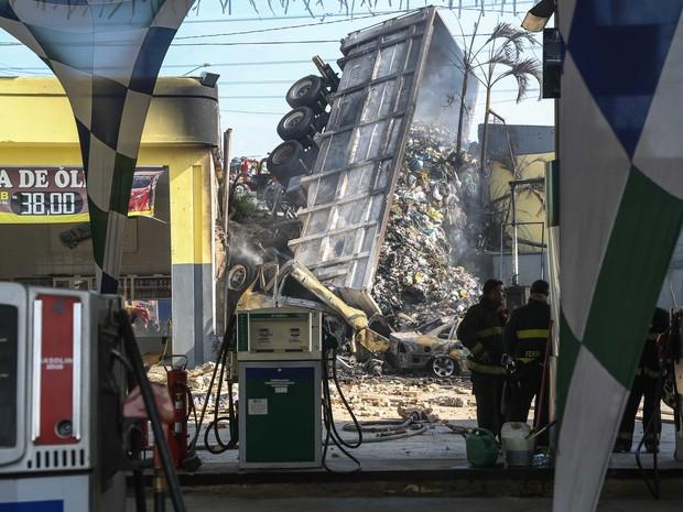 Caminhão tombou e provocou incêndio em um posto de combustível na Zona Leste de São Paulo. (Foto: William Volcov/Brazil Photo Press/Estadão Conteúdo)