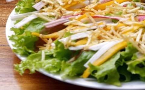 Salada de kani com manga e batata palha