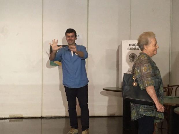 Candidato Marcelo Freixo (Psol) votou no Paissandu Atlético Clube, na Zona Sul do Rio (Foto: Bruno Albernaz / G1 Rio)