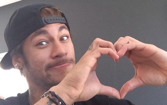 Neymar faz coraçãozinho com a mão (Foto: Reprodução)